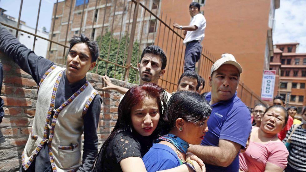 Los nepalíes salieron al exterior buscando un espacio libre tras el nuevo seísmo.