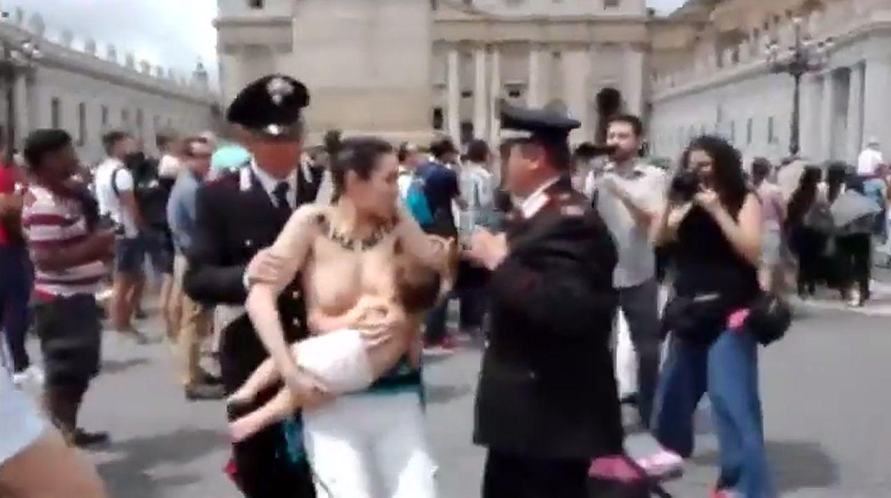 Activistas de Femen increpan a Albert Rivera a propósito de la gestación subrogada.Acto en recuerdo de los británicos caídos en el conflicto