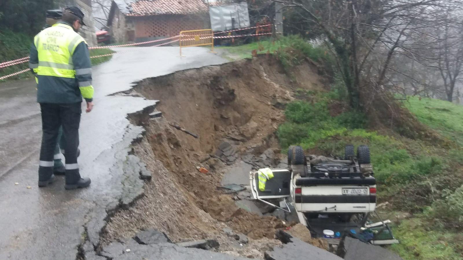 Ciudadanos cierra la crisis en Castilla y León sin un culpable.Un hombre de 62 años murió hoy en Laviana por un desprendimiento de tierra que ha alcanzado su vehículo