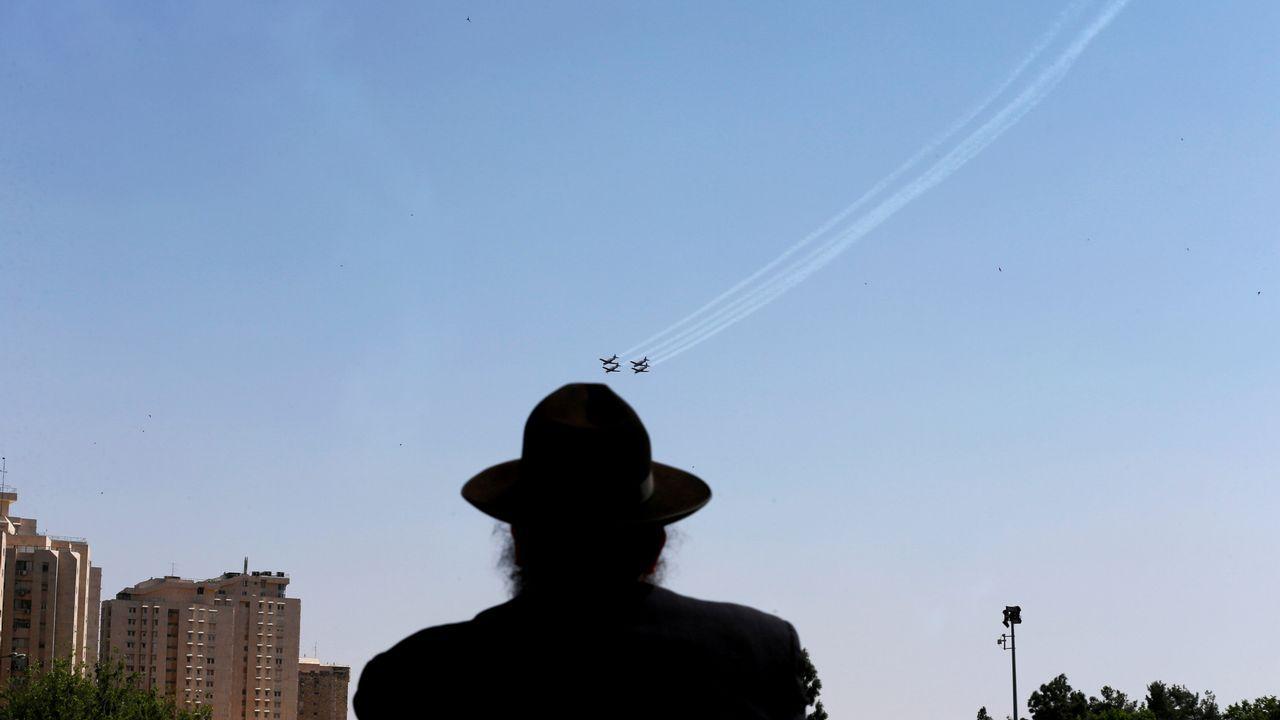 Un judío ultraortodoxo observa el vuelo de aviones militares israelíes