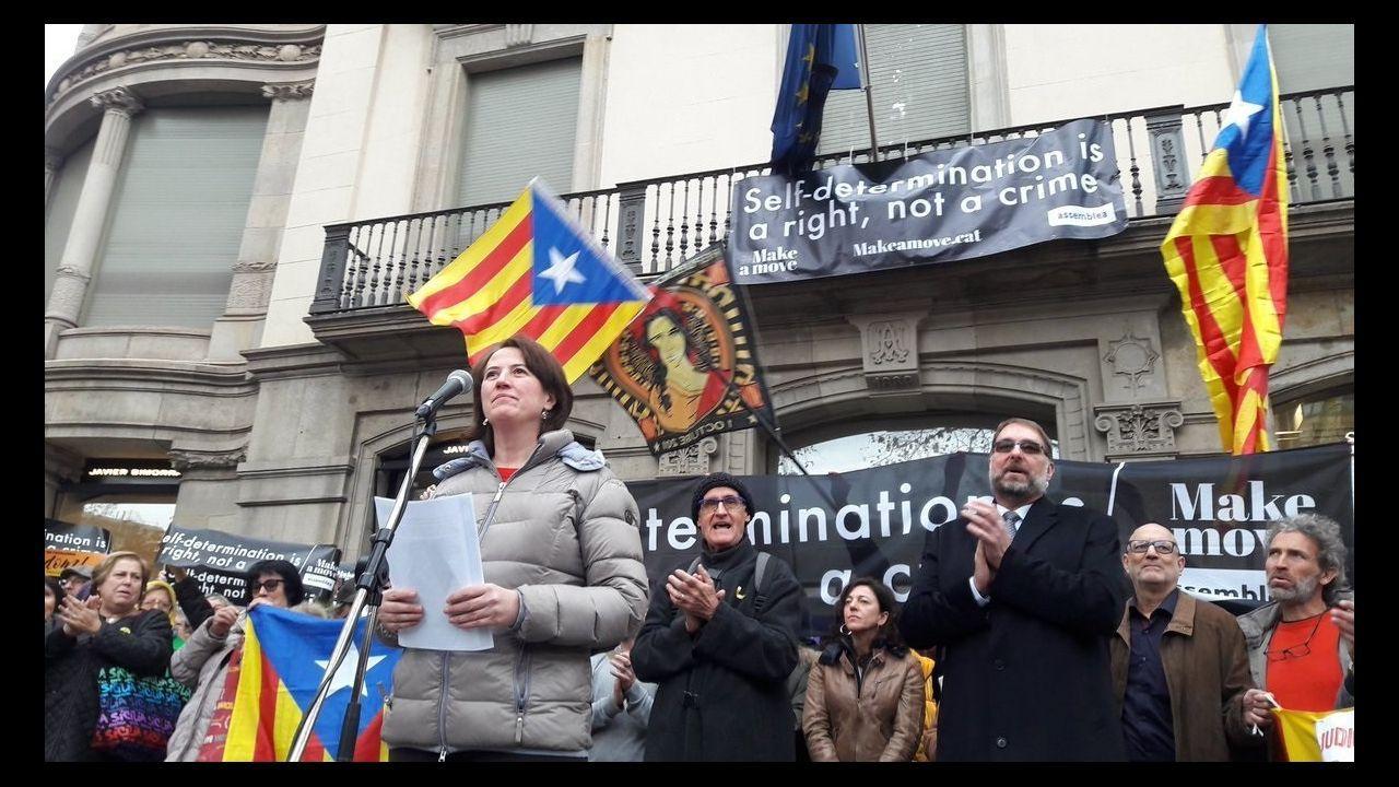 Seis detenidos en Sabadell por la supuesta violación múltiple a una joven de 18 años.La presidenta de la ANC, Elisenda Paluzie, delante de la oficina de la Comisión Europea en Barcelona