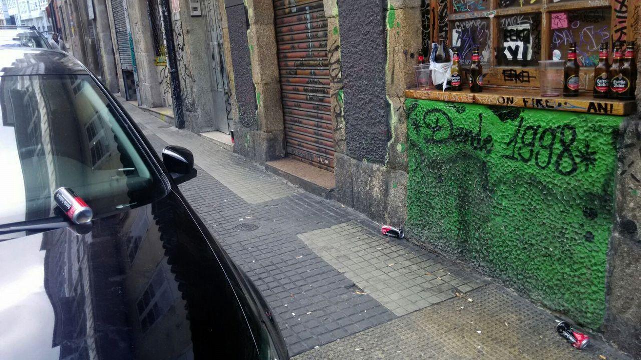 La basura y las pintadas son habituales en la travesía Cordonería