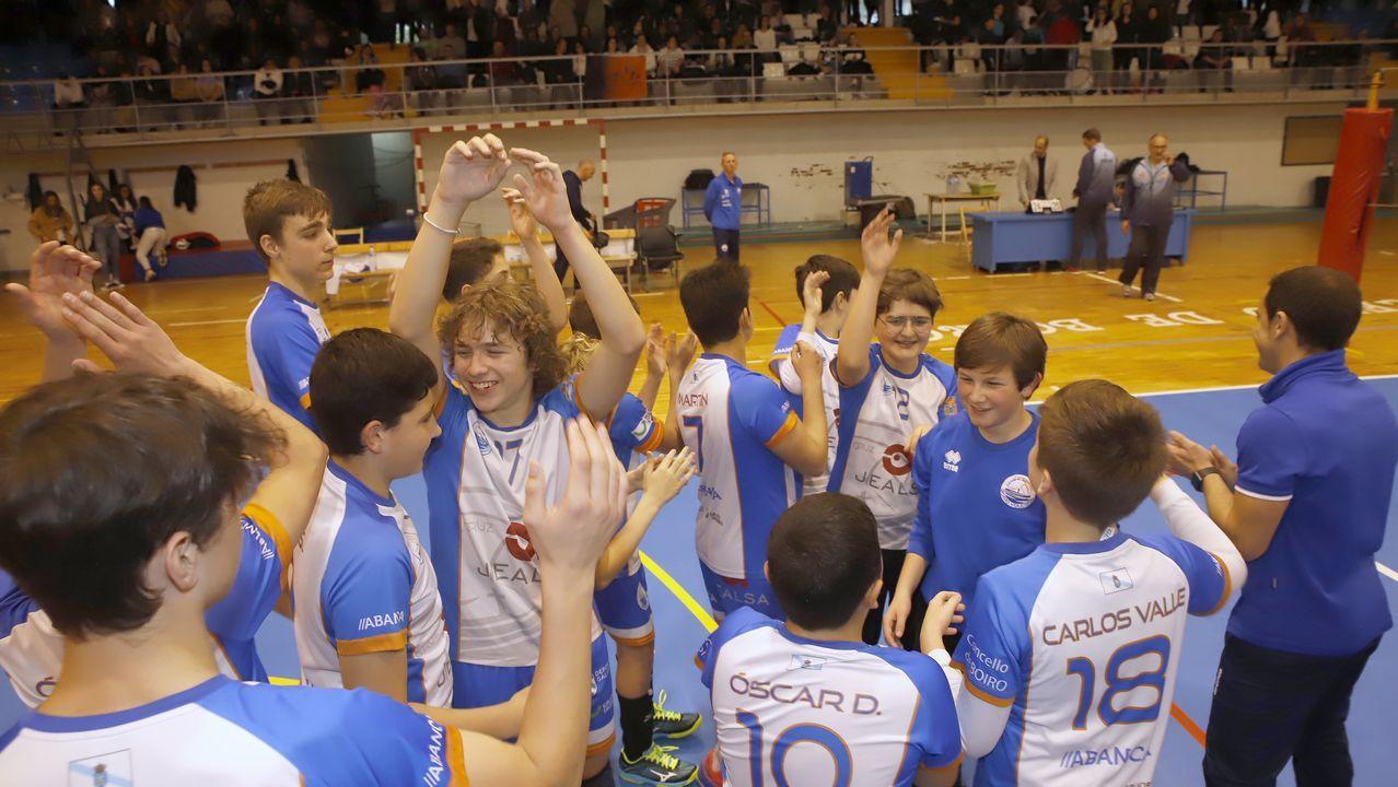 ¡Jealsa Boiro alza el trofeo del Campeonato Gallego de Voleibol!