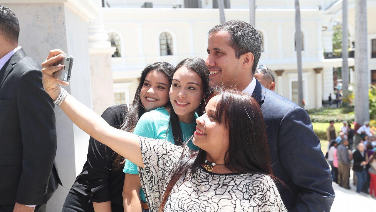 Juan Guaidó se fotografía con un grupo de simpatizantes