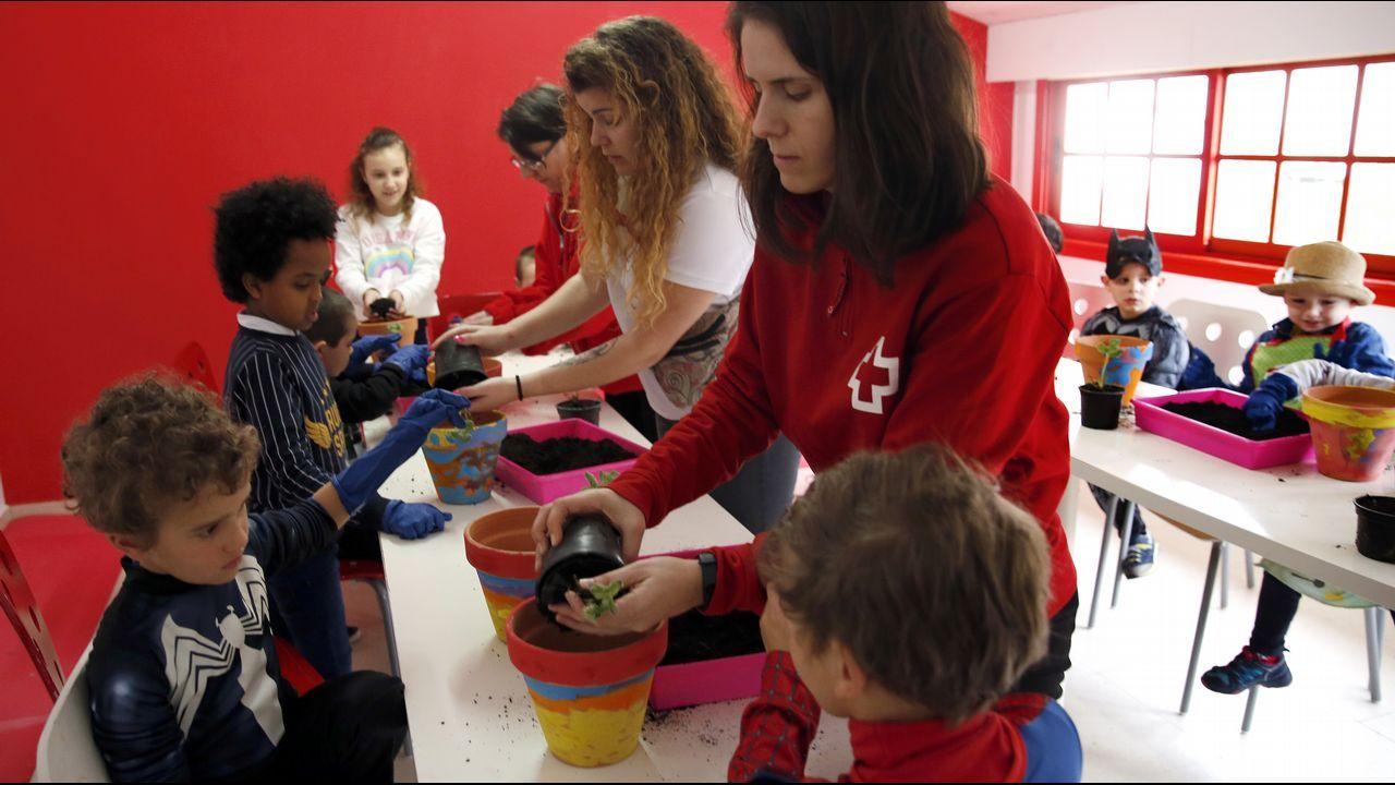 Voz Natura de Cruz Roja, plantación en macetas didáctica para niños.Marcha por el dia de la mujer en Santiago