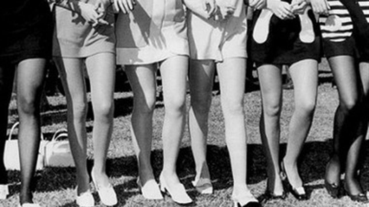 Grupo de mujeres con minifalta.Los premiados con un tercer premio en Gijón festejan su buena suerte