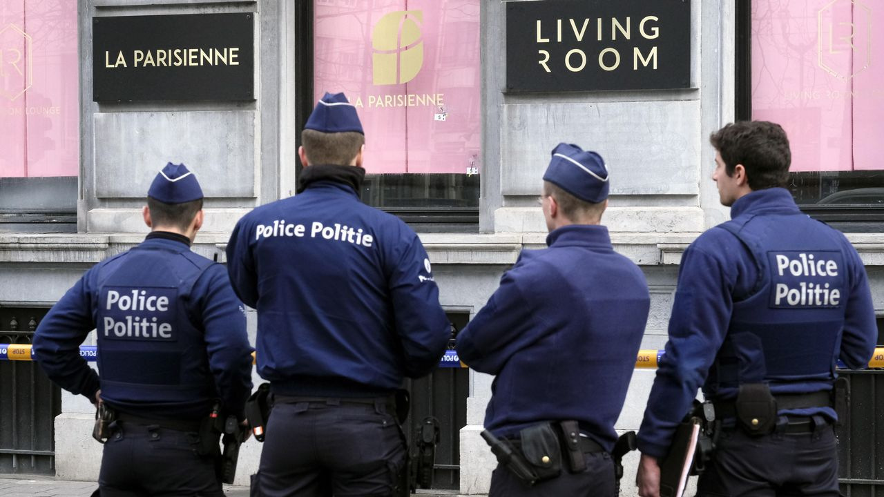 La policía vigila el exterior del restaurante de Bruselas que sufrió el ataque, ubicado en la avenida Louise