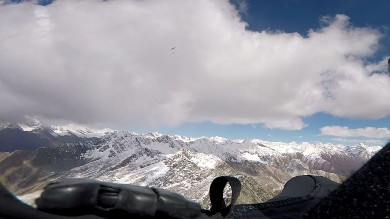 Foto hecha por Sento, compañero de José Luis, desde el parapente y con la vista de la montaña Big Face