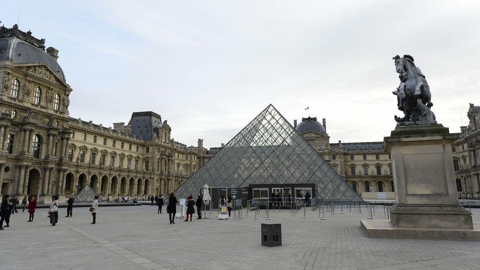 Cada rincón, un homenaje.El exterior del Louvre, que permanece cerrado.