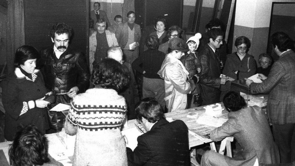 Ciudadanos esperando su turno delante de la mesa electoral para ejercer su derecho al voto con motivo del referendo constitucional de 1978