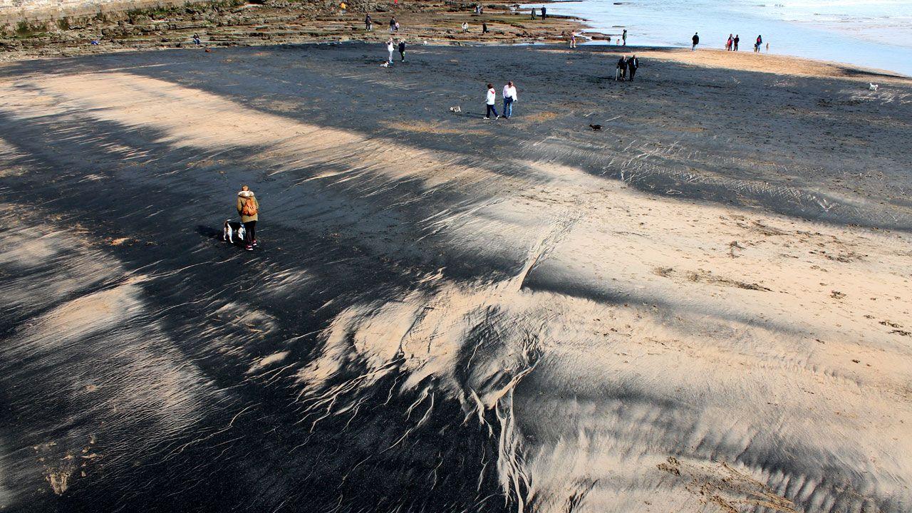 Una gran mancha ensucia el extremo oriental de la playa de San Lorenzo