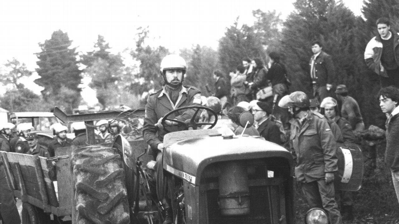 Efectivos de la Policía Nacional custodian y trasladan en tractores los bidones del Casón, que supuestamente contenían residuos radioactivos