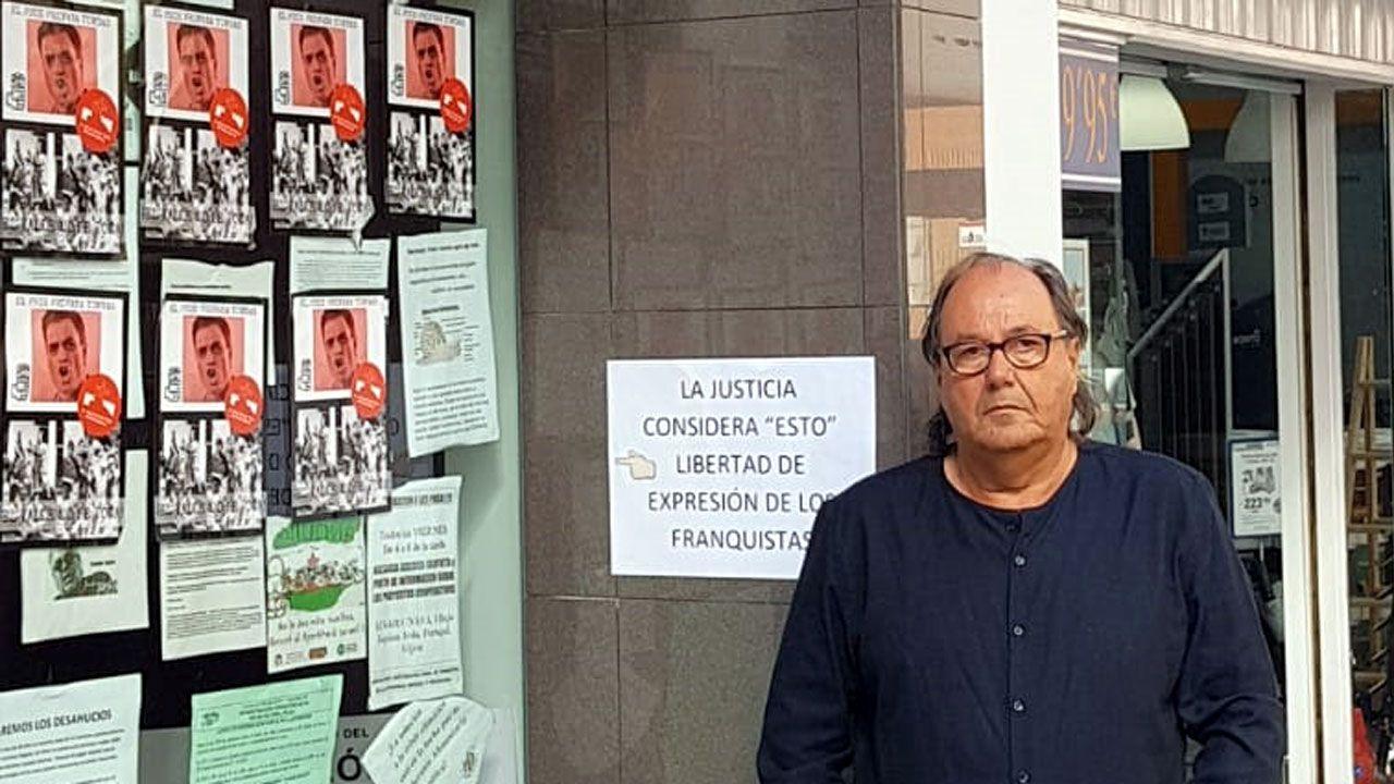 .Mario Suárez del Fueyo, frente a la sede de Podemos empapelada de pasquines ultraderechistas