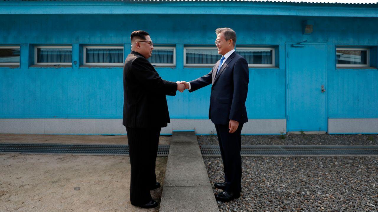.Reunión del 27 de abril, entre ell líder norcoreano Kim Jong Un y el presidente surcoreano Moon Jae-in en la línea de demarcación militar que divide a sus países
