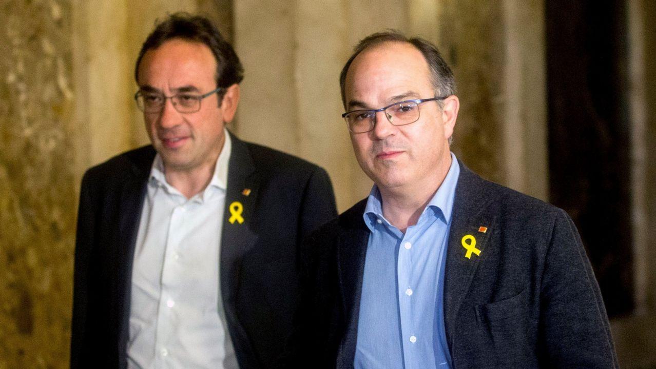 Representantes de ERC y PDeCAT entonan la ?Grândola Vila Morena? tras la intervención de Rebelo de Sousa.Los diputados de JxCat Jordi Turull (derecha) y Josep Rull, el pasado 12 de marzo