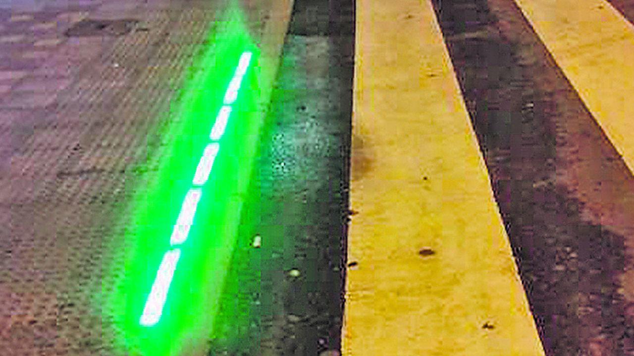 Ejemplo de baliza luminosa para advertir del color del semáforo a los peatones que van mirando el móvil, o sea, con la cabeza hacia abajo
