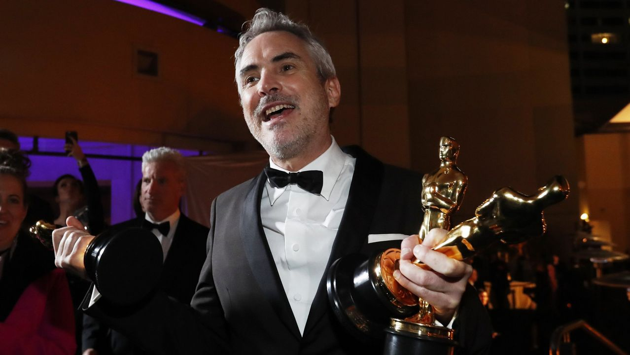 Alfonso Cuarón, con los tres Óscar que ganó por «Roma», su película para la plataforma Netflix