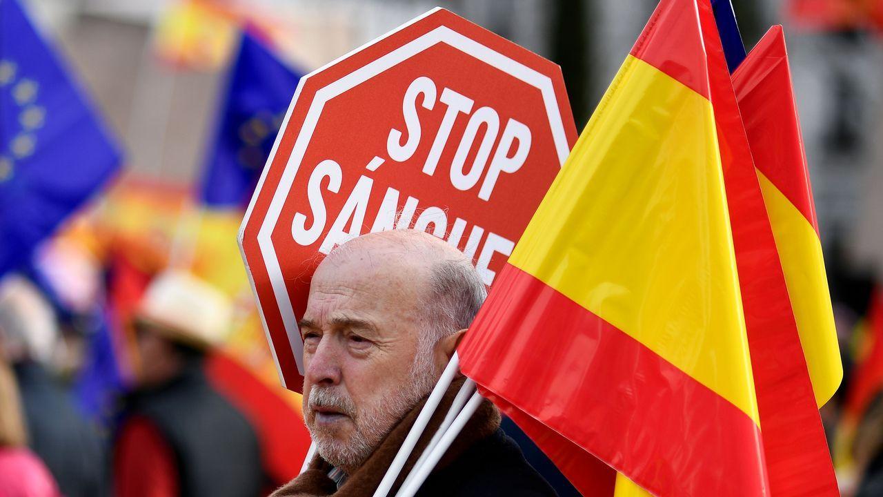 Una manifestante, con un cartel contra el presidente del Gobierno