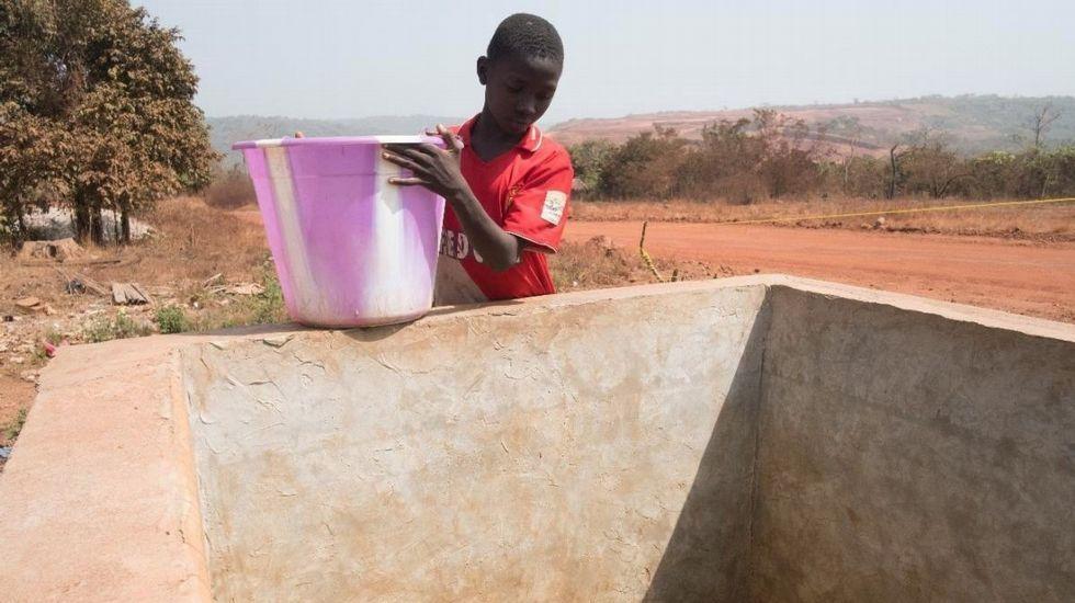 La visita del embajador de Palestina a Rianxo, en imágenes.Pobreza es tener dificultades, por ejemplo, para acceder al agua potable, como este niño de Boké, Nairobi