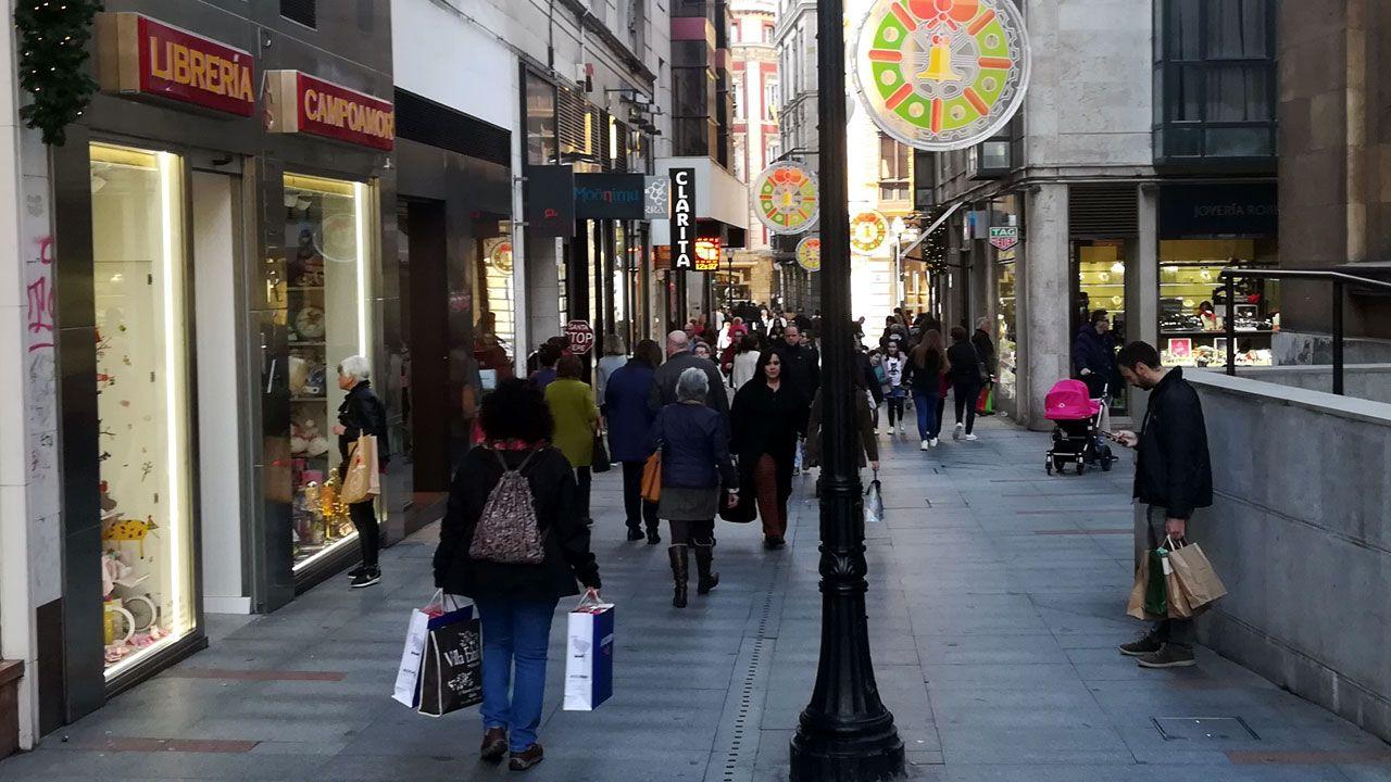 «Las rebajas ya no existen».Ambiente de compras navideñas en una céntrica calle comercial de Gijón