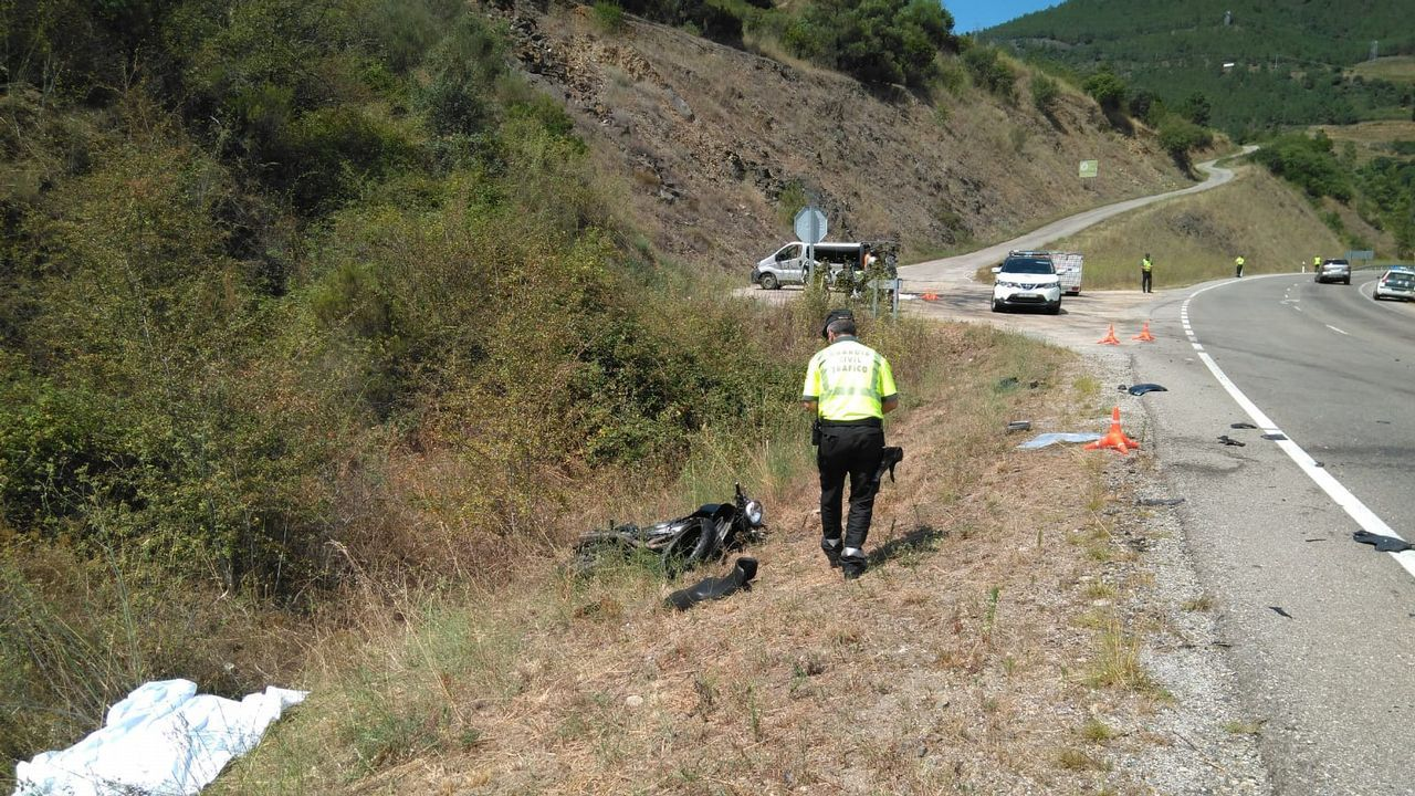 Atasco en la AP-9, en Santiago, tras una colisión entre dos vehículos.Imagen del accidente, ocurrido en agosto en Larouco