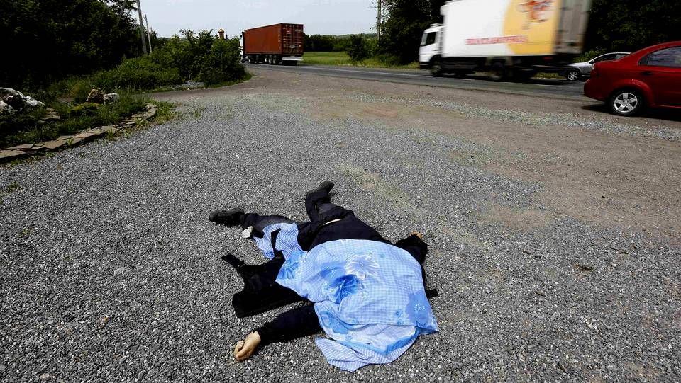 Los combates en el aeropuerto de Donetsk dejan al menos 35 muertos.El cuerpo de un ciudadano a favor del Gobierno central de Kiev, en el oeste de Donetsk.