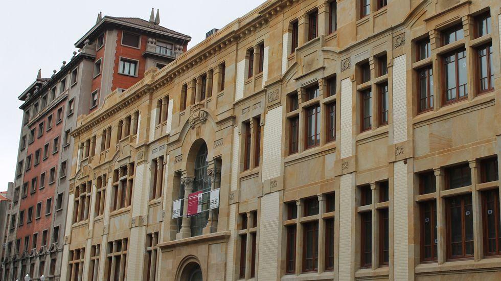 Fachada principal de la antigua Escuela de Comercio de Gijón
