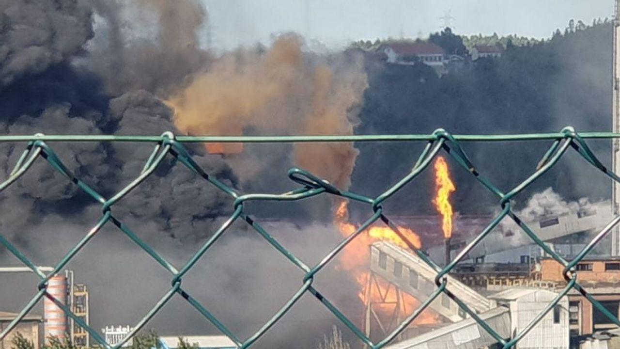Todas las imágenes del espectacular incendio de las baterías de cok.La nube de humo negro cuelga sobre la factoria de Arcelor y alrededor de las localidades cercanas