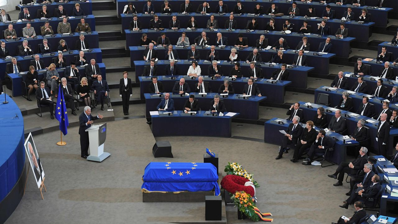 Felipe González y los Reyes eméritos de España despiden a Helmut Kohl