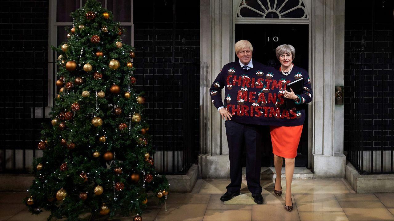 Las figuras de cera de Johnson y May, unidas por un jersei navideño