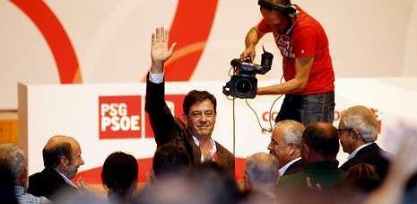 Besteiro, tras su proclamación, rodeado por militantes y acompañado por Rubalcaba, Touriño y Pachi Vázquez.