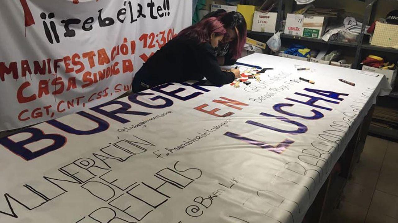 Ourense salió a la calle.Trabajadoras de Burger King Gijón preparando las protestas