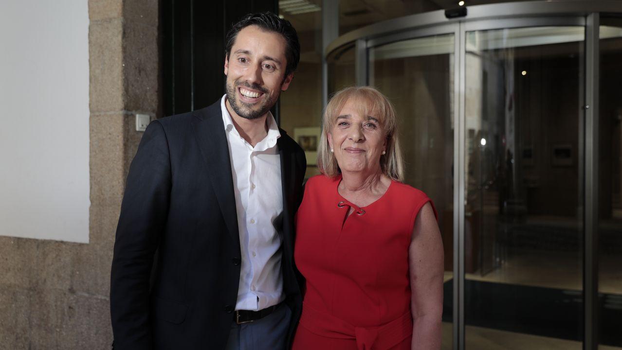 June Crespo posa con «Helmets, 2019», obra que se impuso entre las 875 presentadas al concurso, dotado con 12.000 euros y una publicación monográfica sobre su trabajo