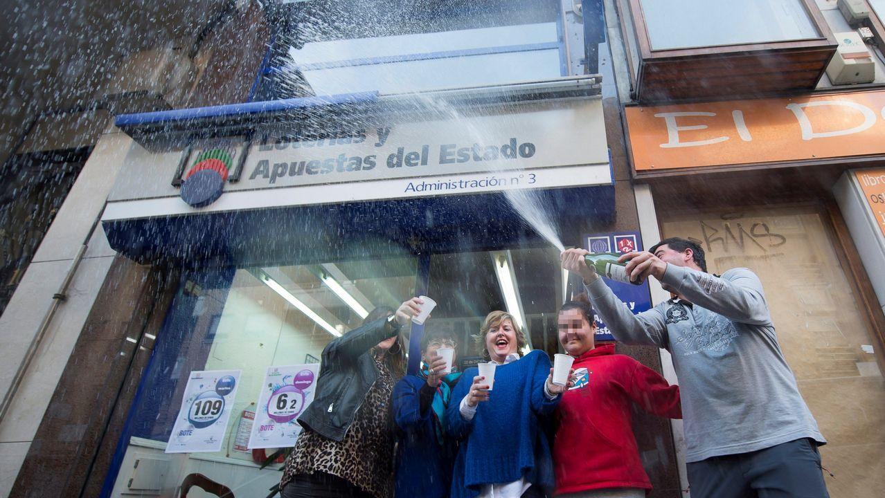 Los dueños de la administración de Loterias y Apuestas del Estado número 3 de Torrelavega, celebran el quinto premio de la Lotería de Navidad que han repartido con el número 29031.