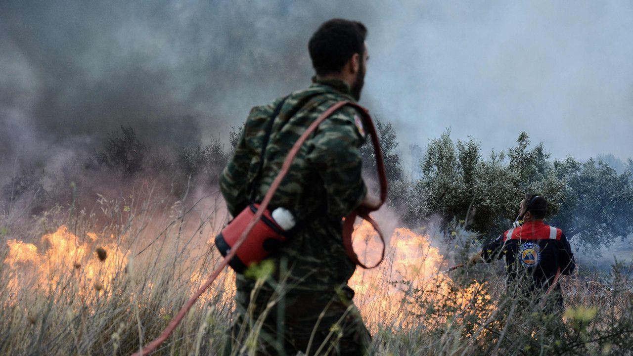 Los bomberos intentan extinguir las llamas en la región de Kinetta