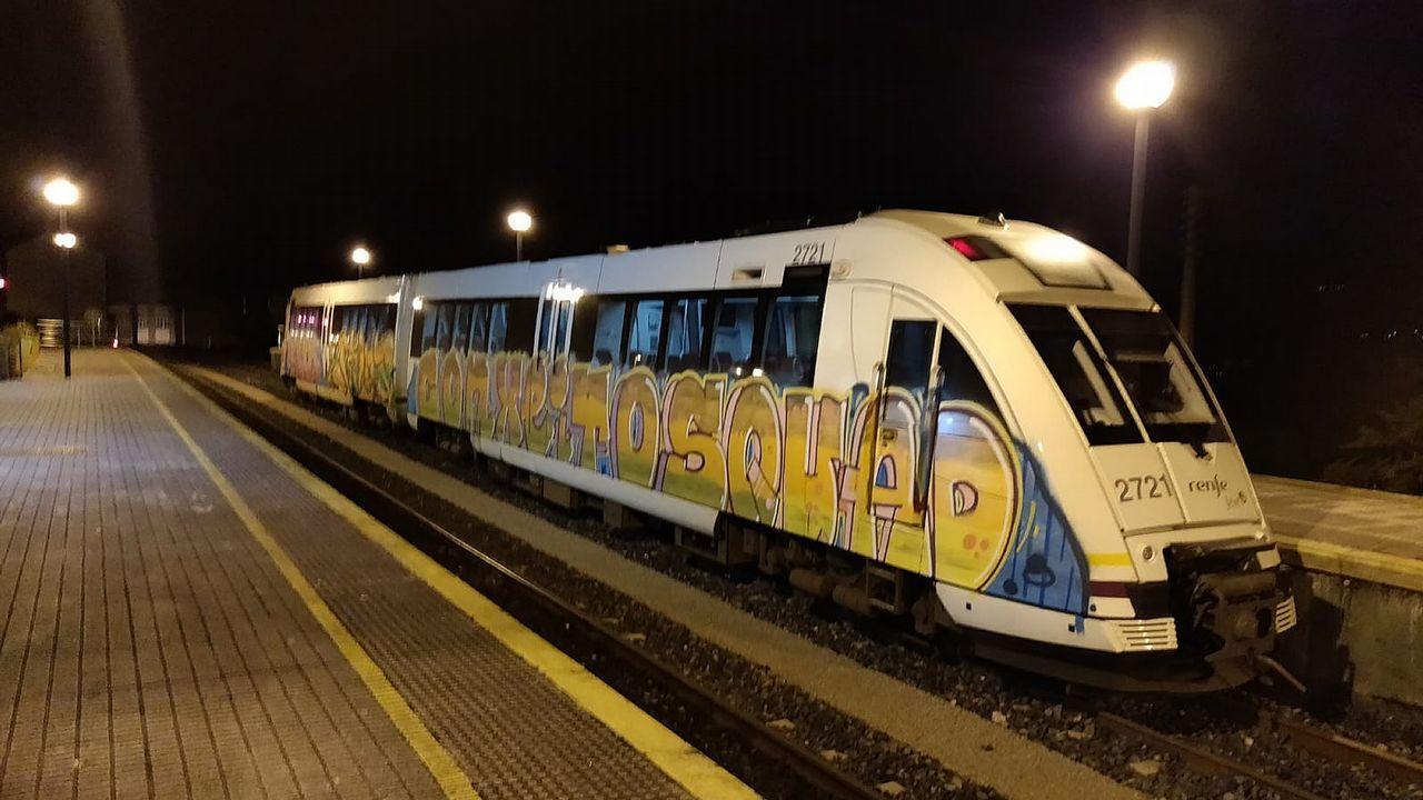 Pintadas en un tren en la estación de Ortigueira