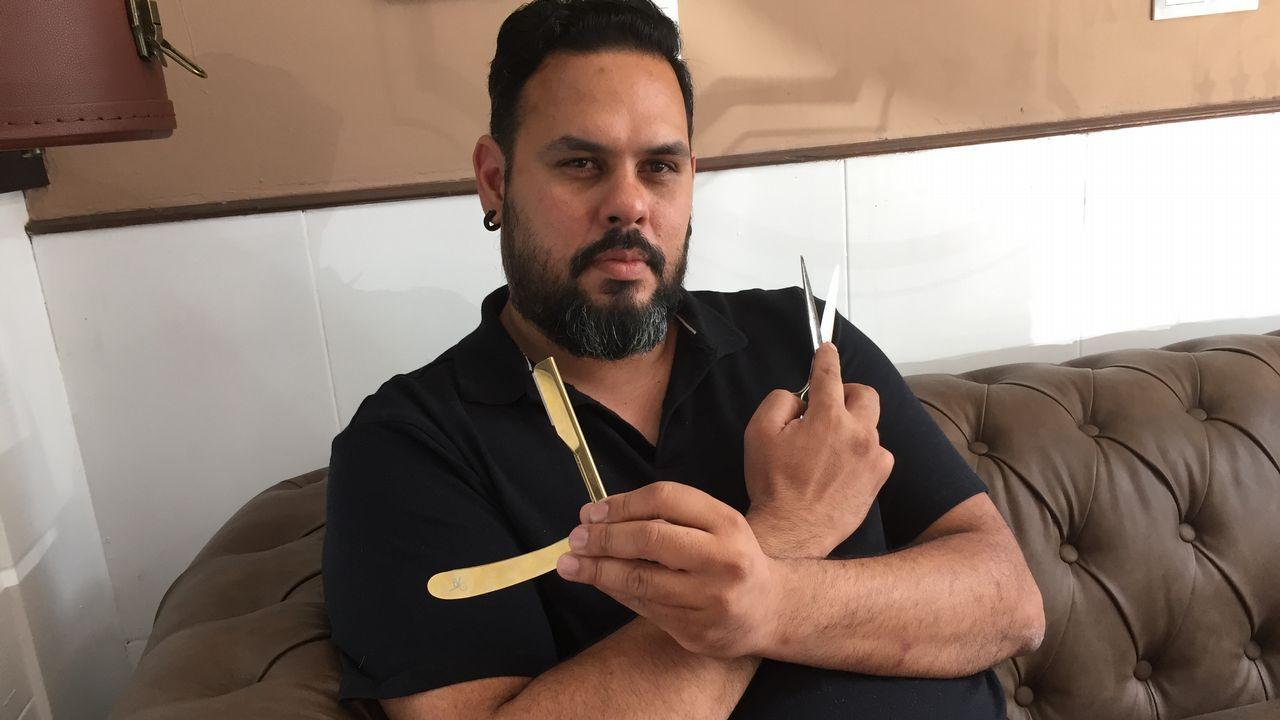 .Hernán González en su barbería