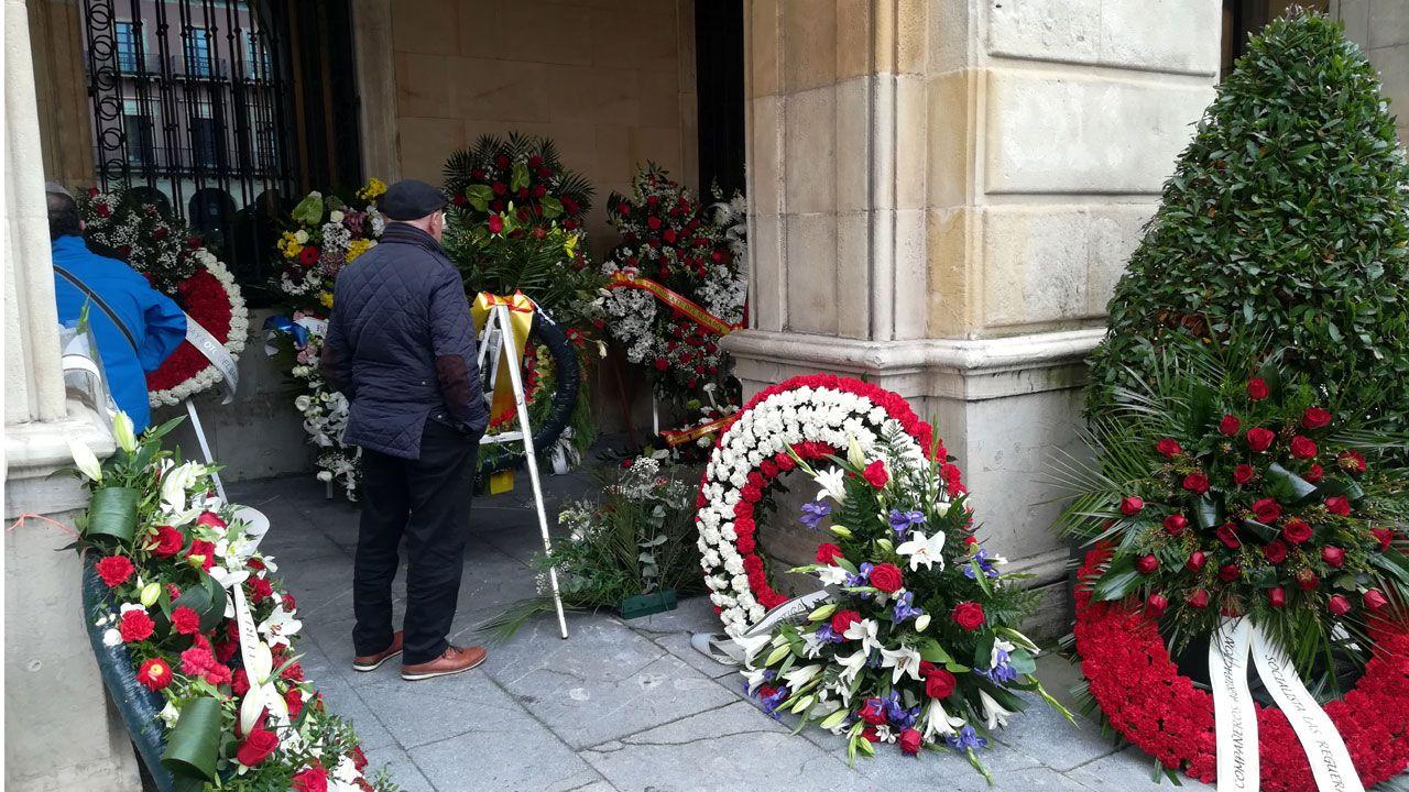 Coronas de flores a las puertas del ayuntamiento