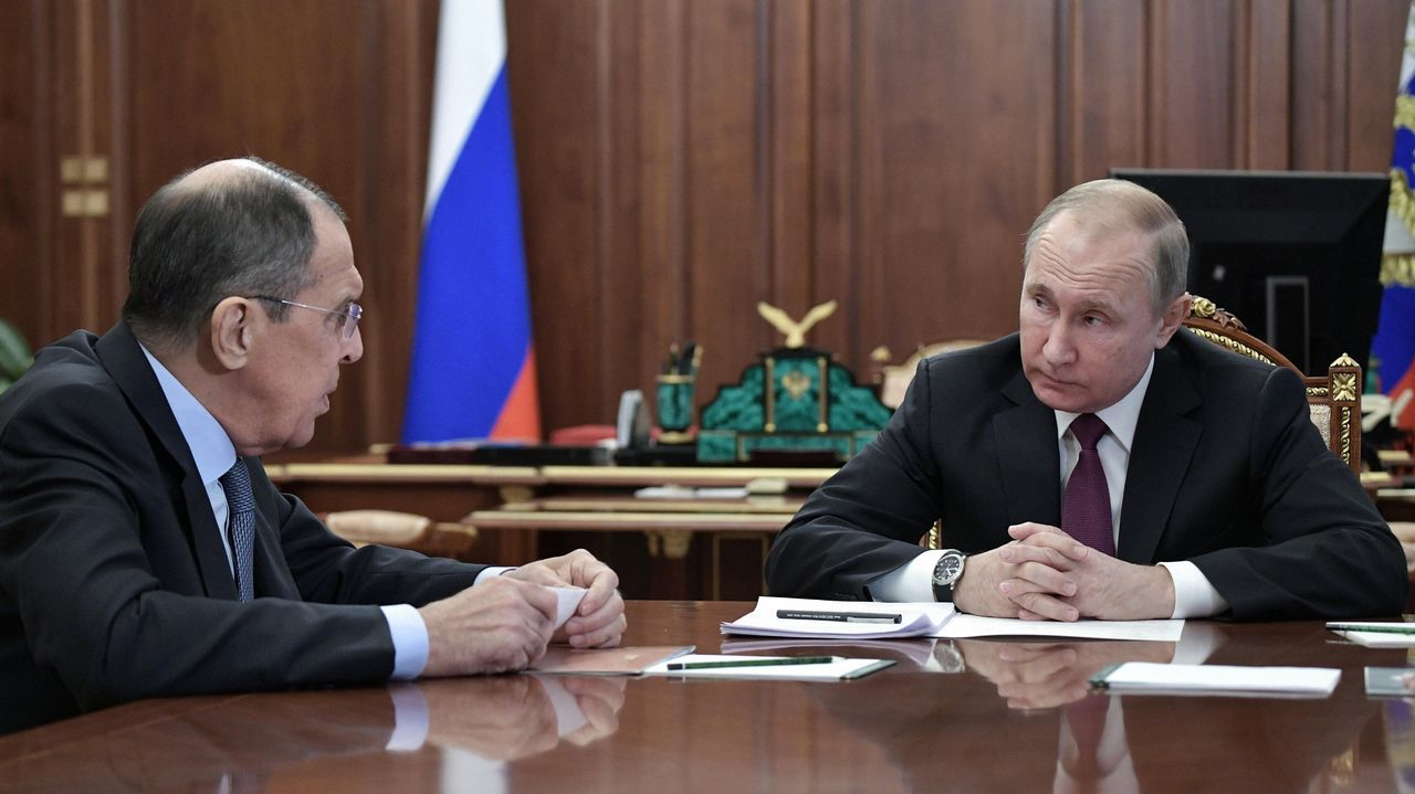 Lavrov y Putin conversan instantes antes de anunciar el abandono del tratado.