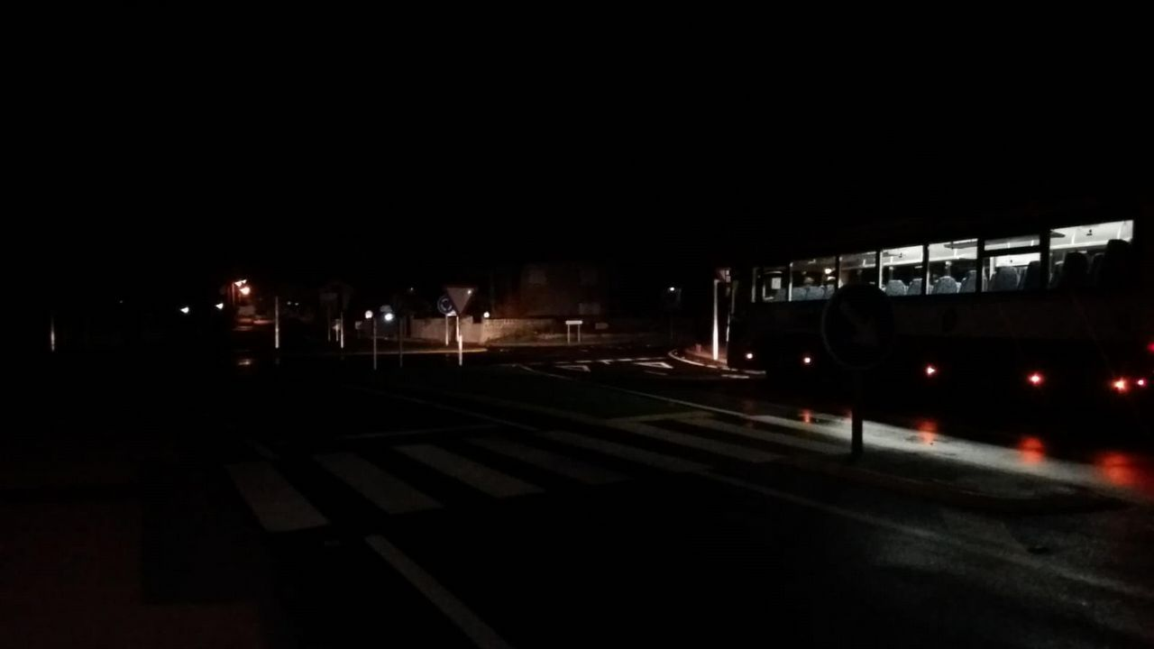 Cientos de encajeras palillando a un mismo son en el pabellón municipal de Camariñas
