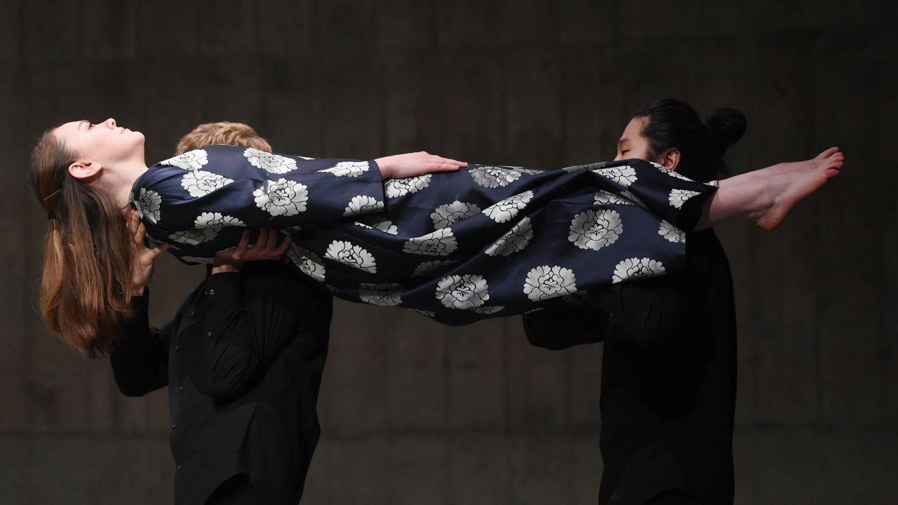 Tres personas llevan a cabo la performance The Tanks, de la artista estadounidense Joan Jonas, en la Tate Modern de Londres