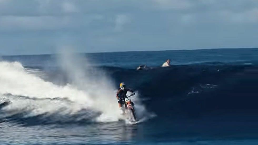 Surfeando en moto por Tahití