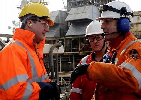 .Cameron, a la izquierda, con dos trabajadores en una plataforma del mar del Norte.