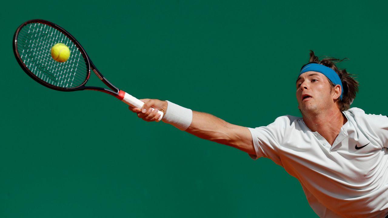 El tenista Jared Donaldson llega a una bola durante el Master de Montecarlo