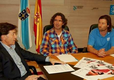 Día de San Xiao en Ferrol.José Ramón Lete, reunido con los dos responsables del Pantín Classic, Marcos Rodríguez y Miguel Galeiras.
