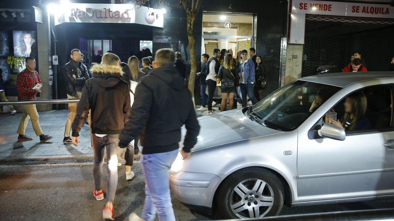 Botellón a la puerta de los locales nocturnos de Santiago