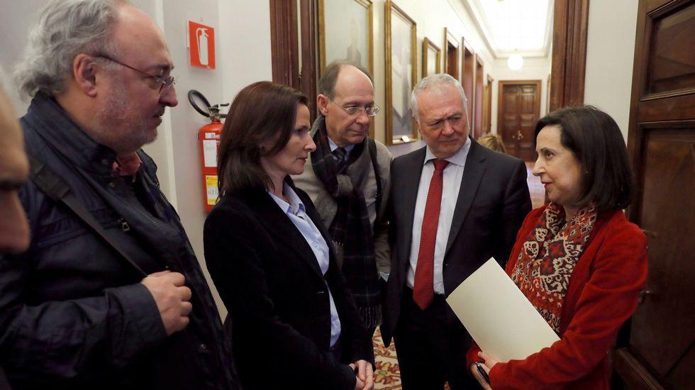 CEIP San Francisco Javier, una apuesta por la innovación.Los socialistas Guillermo Meijón y Luz Martínez Seijo (izquierda) charlan con la portavoz del PSOE Margarita Robles (derecha)