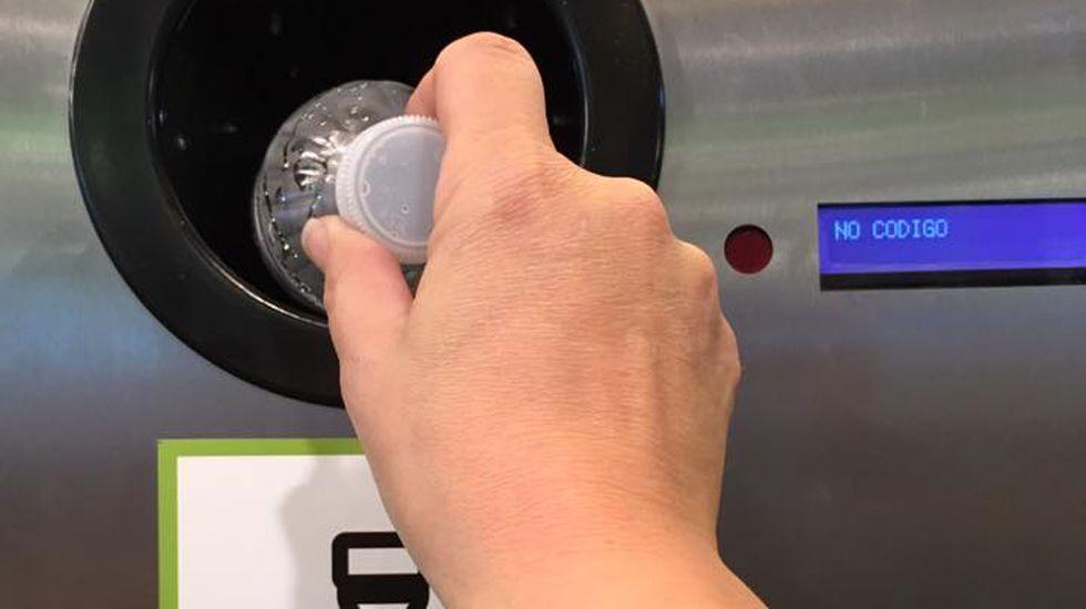 Un usuario utiliza una máquina de recogida de residuos para reciclar