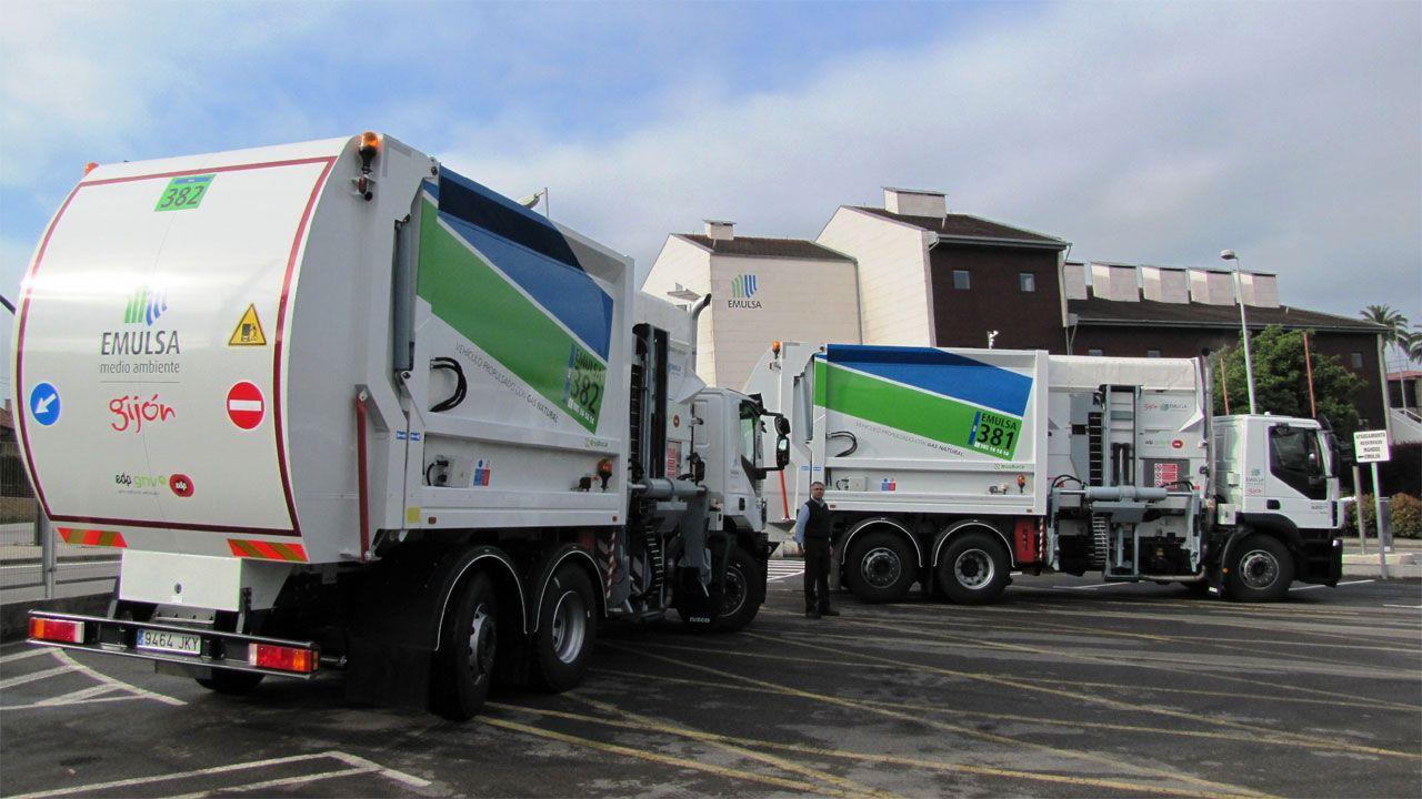Los dos camiones propulsados por gas natural con los que ya cuenta la flota de Emulsa