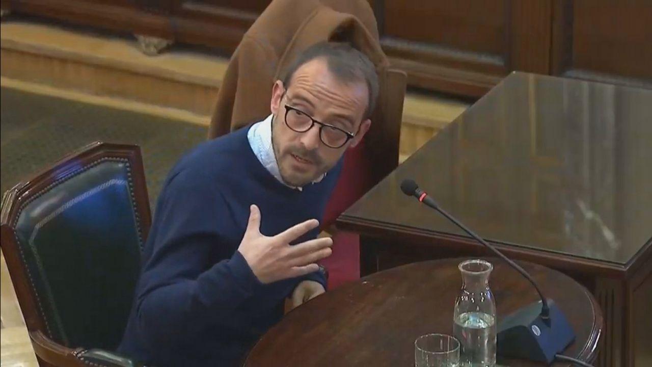 Un comando antilazos descuelga un lazo amarillo del Ayuntamiento de Barcelona.Jaume Mestre, en su comparecencia ante el tribunal del 1-0